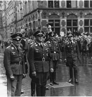 Air General Friedrich Christiansen (third from the left) accompanied high ranking German officers. By Fotodienst NSB [CC0]