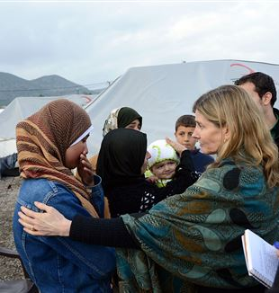 USAID Assistant Administrator for Democracy, Conflict, and Humanitarian Assistance interacts with Syrian refugees. Photo by U.S. Department of State via Wikimedia Commons
