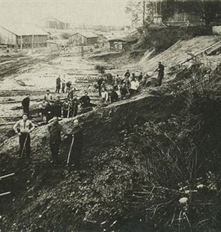 Workers in a Gulag. Wikimedia Commons