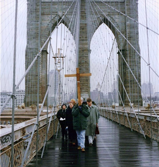 The first Way of the Cross across the Brooklyn Bridge. Photo by Riro Maniscalco