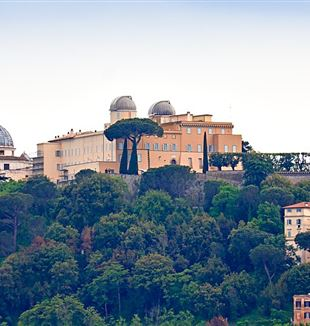 The Pontifical Palace in Castel Gandolfo and the Vatican Observatory. Photo by H. Raab via Wikimedia Commons