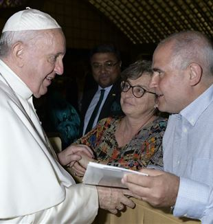 Alejandro and Stella Maris with the Pope