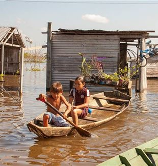 Stilt houses on the Amazon river (photo: Cesare Simioni)