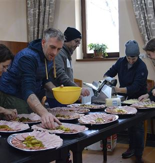 The volunteers prepare lunch with the poor, in Bucharest