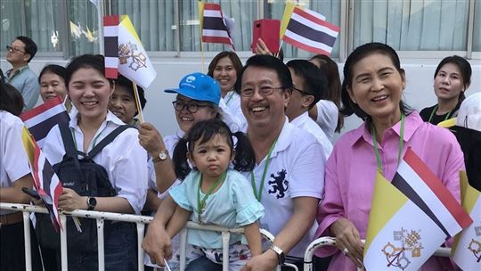 Waiting in the streets of Bangkok (Photo: Papal Flight Press Pool)