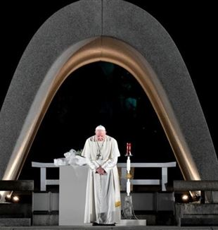 Pope Francis in prayer at Hiroshima
